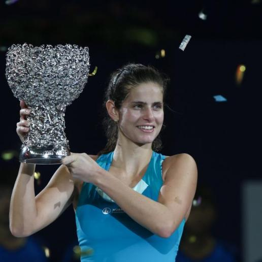 Goerges lifting the WTA Elite Trophy in Zhuhai
